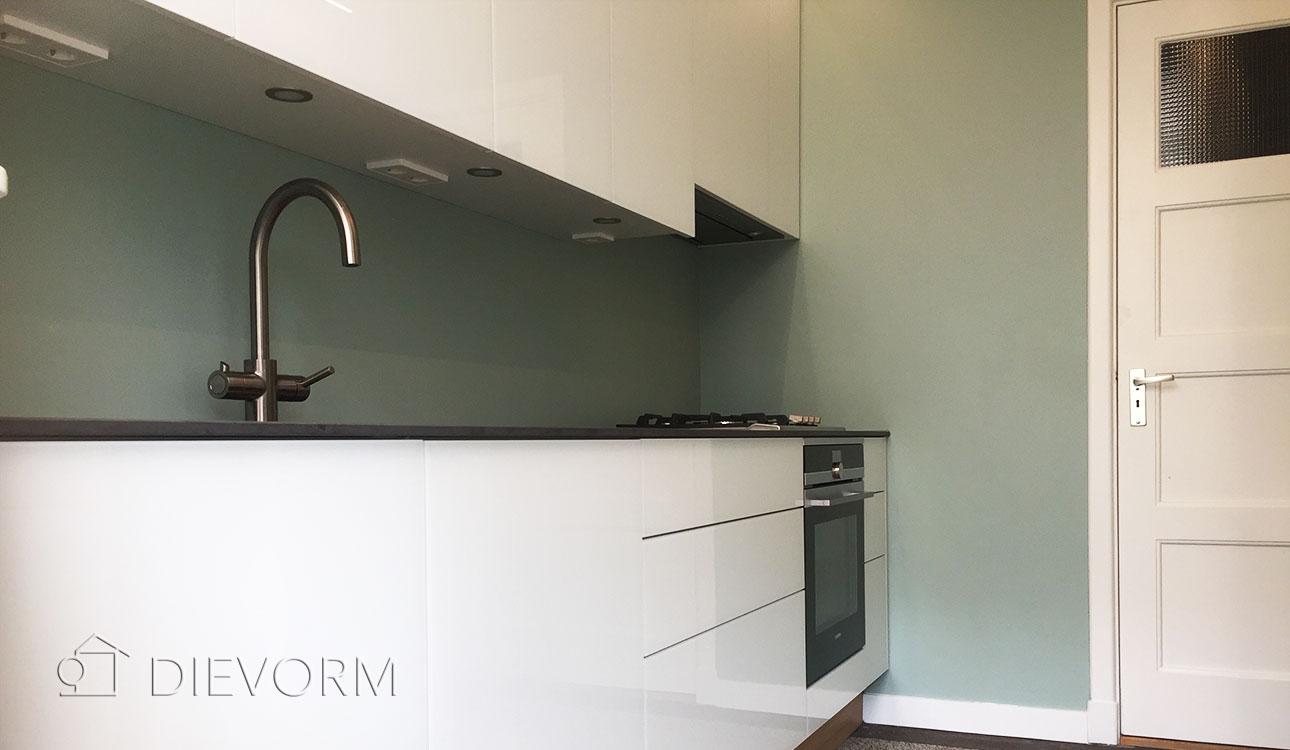 keuken met wit glazen deuren