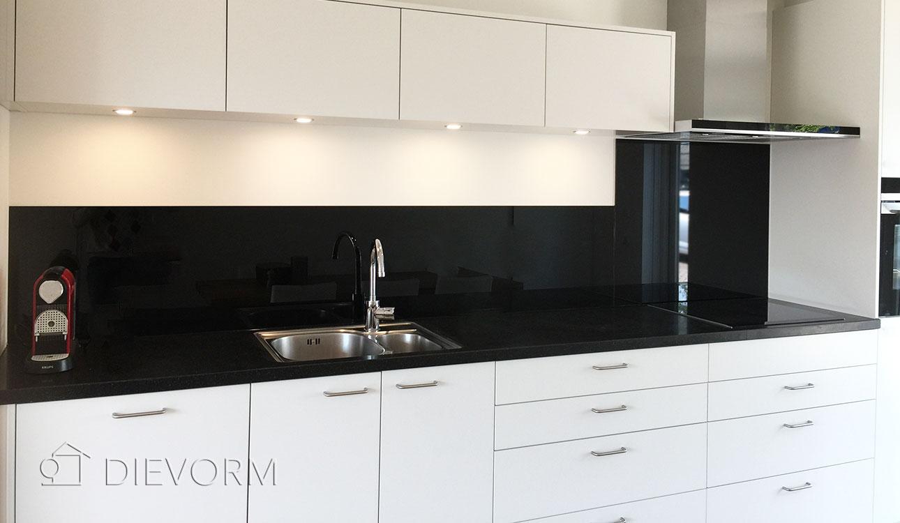 zwart-wit-keukenrenovatie op maat Dievorm