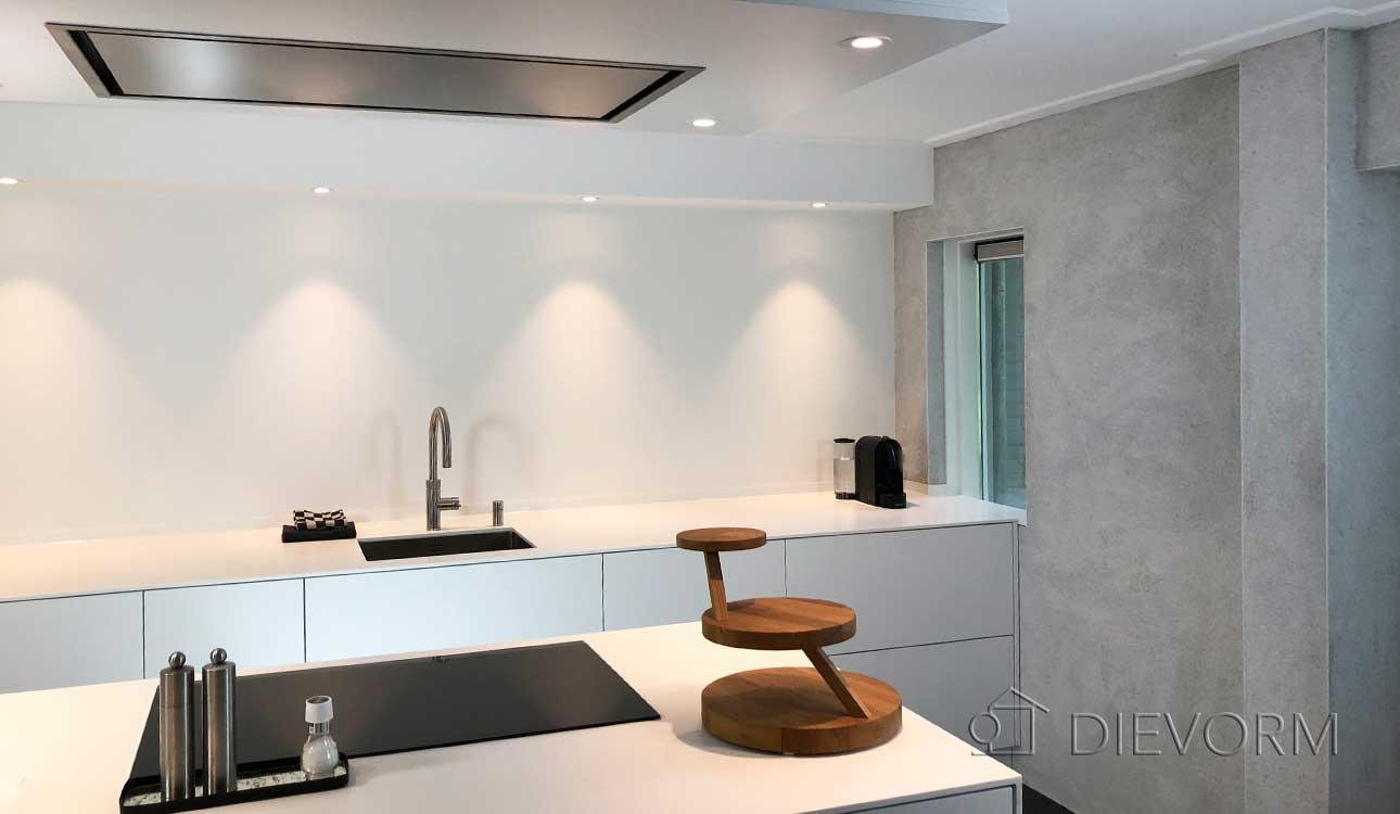 Witte Minimalistische Woonkeuken : Minimalistische keuken met kookeiland in souterrain dievorm