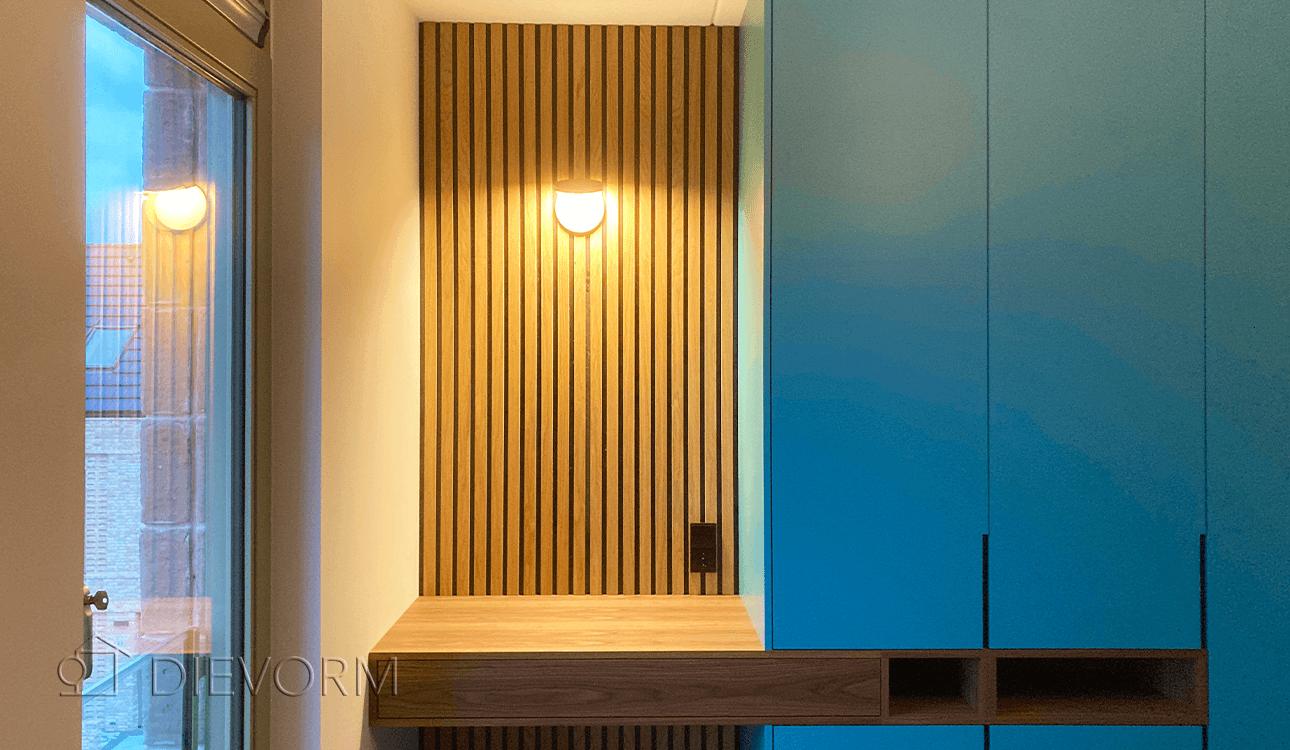 Blauwe design kastenwand en bureau met houten latten