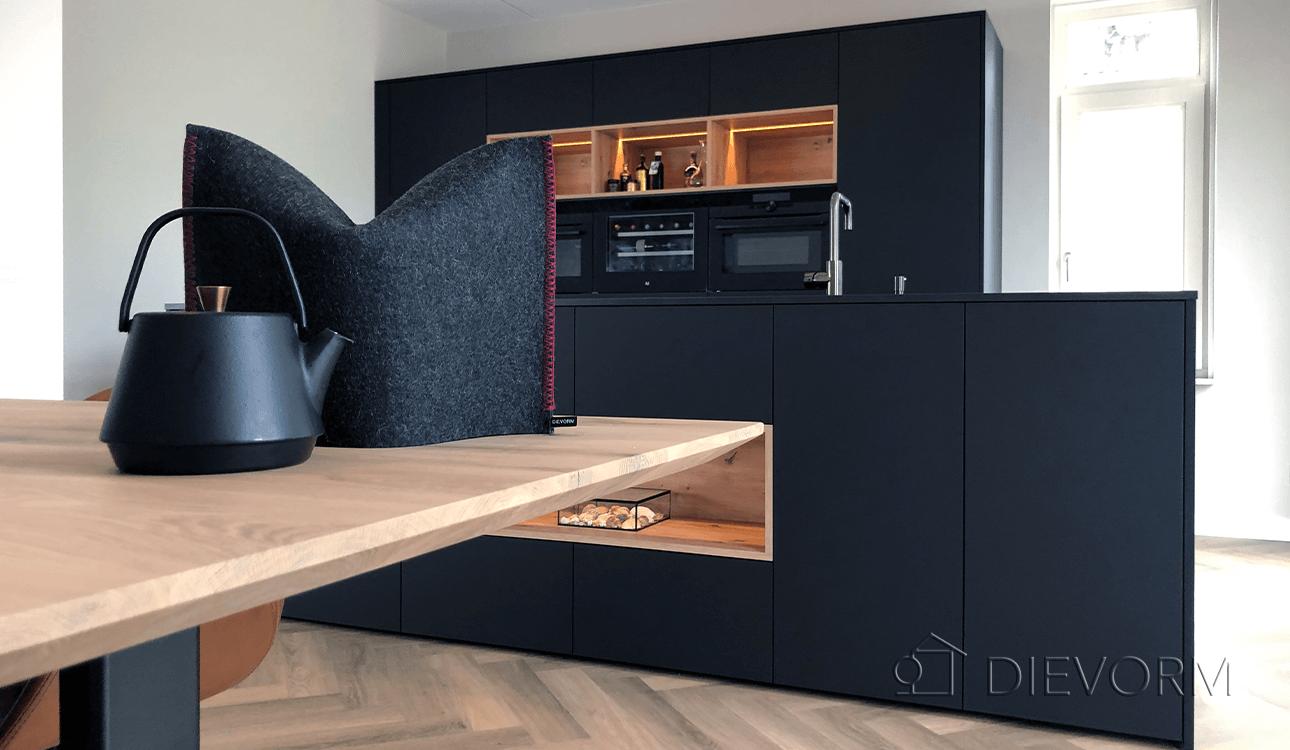 donkere_design_keuken_Arnhem_Schuytgraaf_houten_accenten