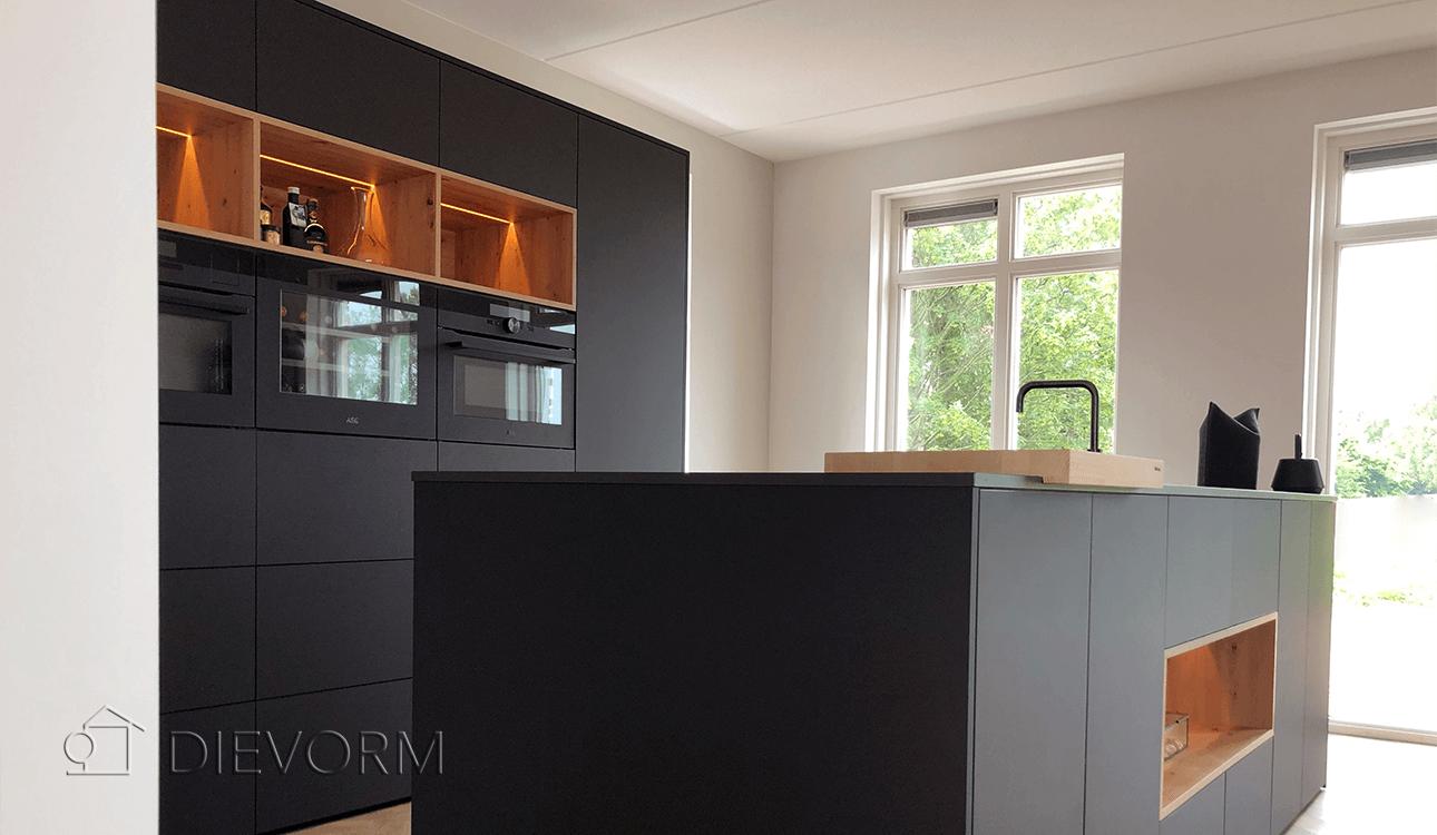 donkere_design_keuken_Arnhem_Schuytgraaf_houten_open_vakken