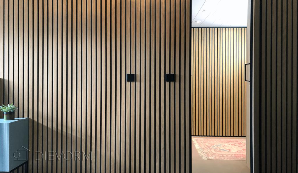 verborgen deur_eiken houten muur_latten wand_design_werkkamer_washok