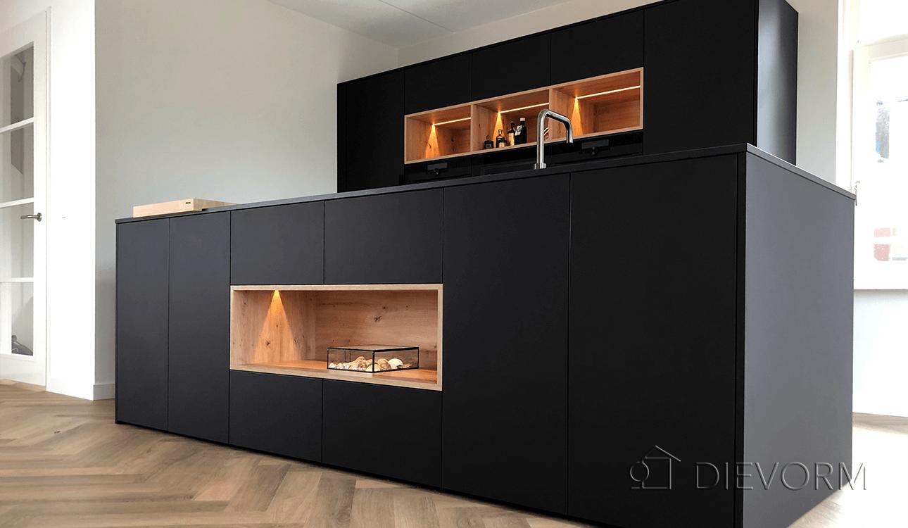 zwarte_donkere_design_keuken_Arnhem_Schuytgraaf_houten_vakken